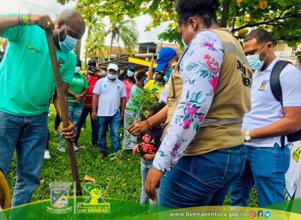 Campaña Abrázate a Buenaventura continúa acercándose a la comunidad con siembra de árboles